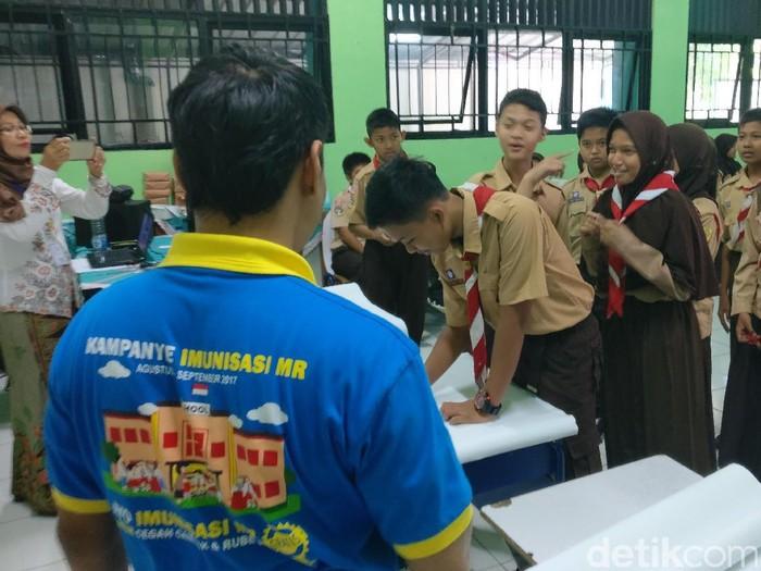 Imunisasi Measles Rubella (MR) bisa diberikan untuk anak mulai dari usia 9 bulan hingga 15 tahun. Menteri Kesehatan Nila Moeloek mencanangkannya demi mencapai target Indonesia bebas campak dan rubella di tahun 2020. (Foto: Firdaus Anwar)
