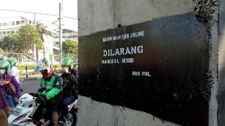 Ada Grafiti Larangan Ojek Online Mangkal Dekat Stasiun Palmerah