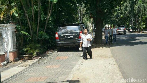 Pejalan kaki terpaksa mengalah dan berjalan di badan jalan.