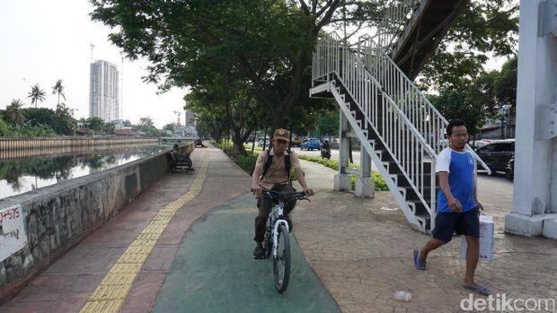 Trotoar rindang di Jalan Daan Mogot.