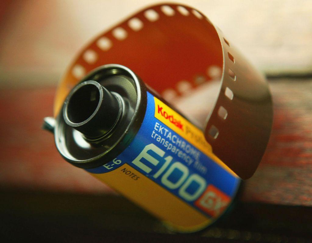 Kodak menertawakan kamera digital Salah satu engineer Kodak memaparkan ide kamera tanpa rol film di hadapan sejumlah eksekutif pada 1975, namun ditertawakan seisi ruangan. Di 2012, Kodak menyatakan diri bangkrut. Perusahaan kamera legendaris ini gagal beradaptasi dengan dunia digital. Foto: Getty Images