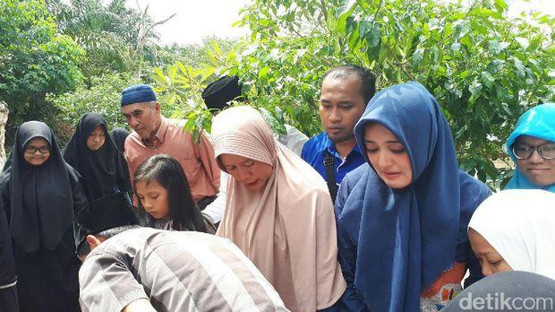Isak Tangis Warnai Pemakaman dr Ryan Thamrin 'DR OZ' di Pekanbaru
