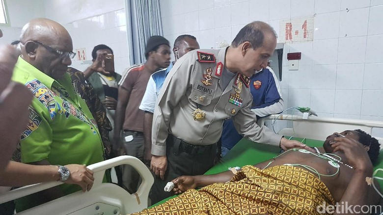 Mohon Maaf ke Korban Bentrok Deiyai, Kapolda Papua Beri Santunan