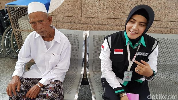 Serma Rizqy Kamila melayani jemaah haji.