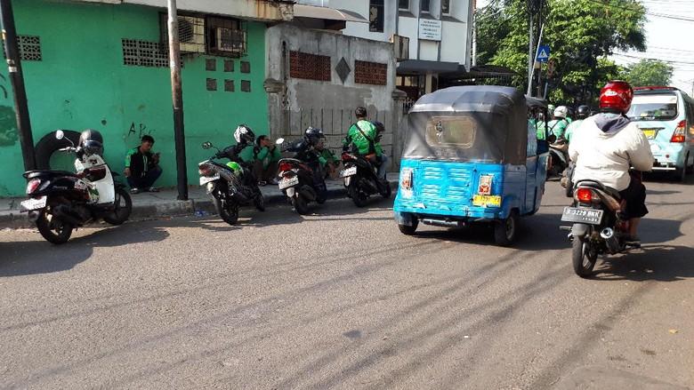 Ojek Online Masih Ngetem di Trotoar Stasiun Tanah Abang
