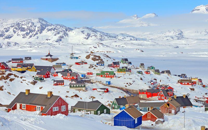 Negara dengan ibukota Nuuk termasuk negara yang aman dikunjungi untuk traveling. Greenland, pulau terbesar di dunia ini memiliki spot beburu aurora, menonton paus, dan merasakan fenomena midnight sun. (greenland.com)