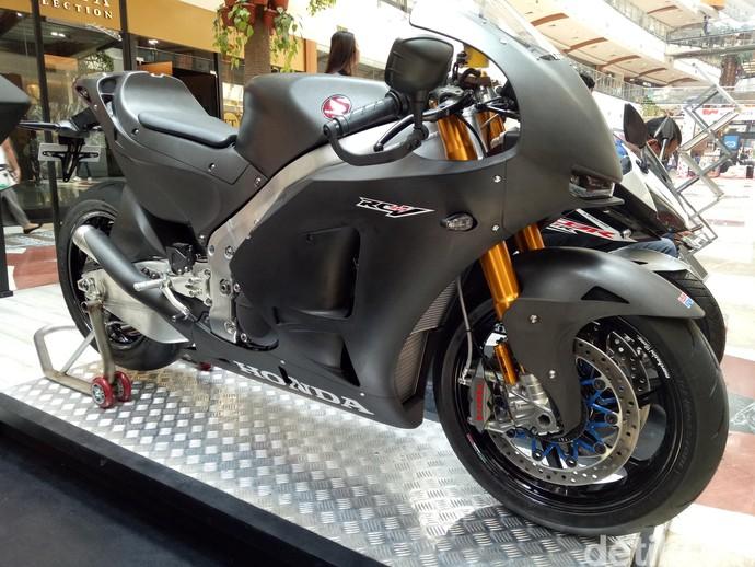 Motor Marquez-Pedrosa Versi Jalanan Pamer Otot di Mal