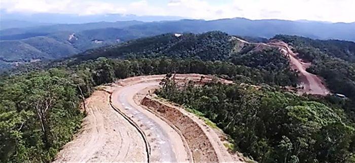 Pemerintahan Jokowi melalui Kementerian PUPR membangun Jalan Ayawasi (Petik Bintang-Kamundan). Jalan dibangun di atas pegunungan Papua. (Kementerian PUPR).