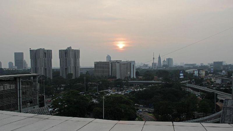 Selain dari jalan, traveler juga bisa melihat indahnya Simpang Susun Semanggi dari meja makan. Lihatlah indahnya dari Sky Dining Plaza Semanggi (Randy/detikTravel)