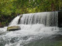 Air terjun ini memang tidak terlalu tinggi, namun cukup lebar. Bisa dibilang mirip Niagara tapi versi mini