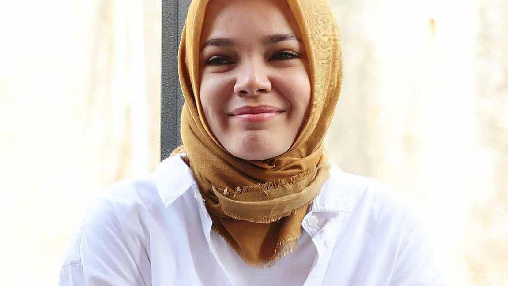 Kebahagiaan Dewi Sandra Diajak Suami Pulang Kampung ke Inggris