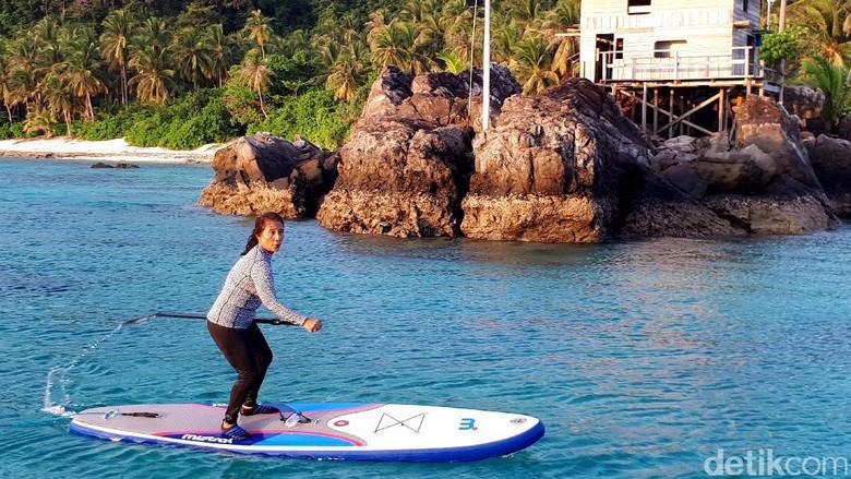 Liburan ala Menteri Susi: main paddle board (Eduardo/detikTravel)