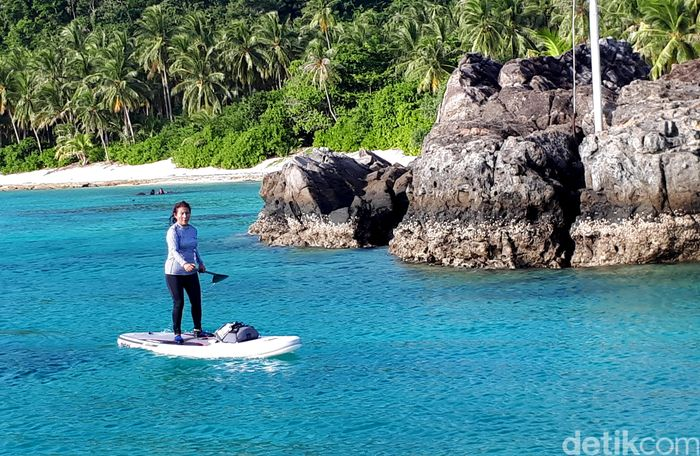 Menteri Kelautan dan Perikanan Susi Pudjiastuti saat melepas penat dari pekerjaannya dengan cara bermain paddle board atau olahraga selancar atau surfing menggunakan dayung di Pulau Senoa, Kepulauan Natuna.