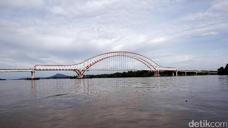 Foto: Jembatan Tayan yang terletak di Kabupaten Sanggau, Kalimantan Barat (Rachman Haryanto/detikTravel)
