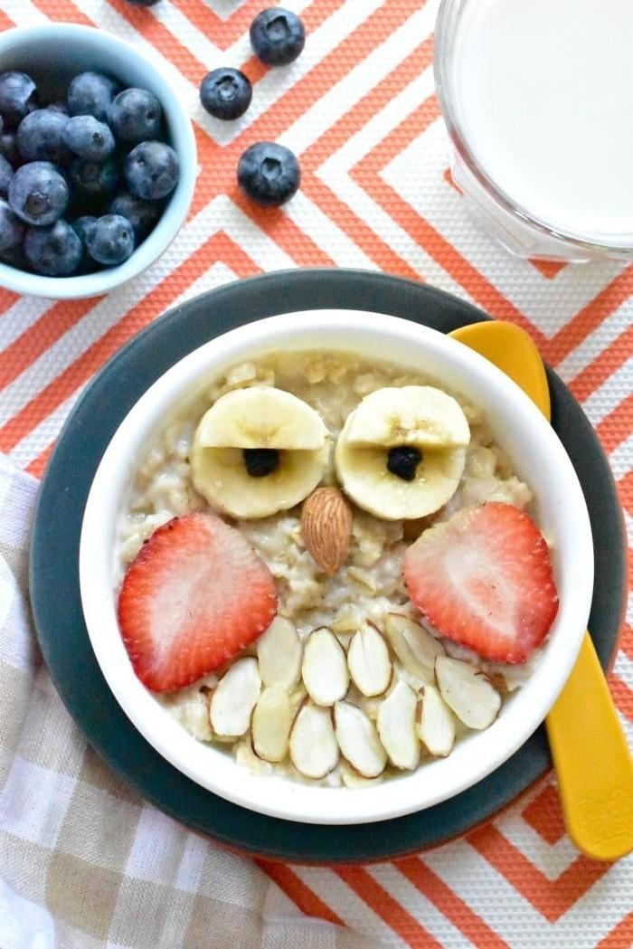 Delicious Oatmeal berbentuk kepala burung hantu menggemaskan. Dibuat dari oatmeal dengan kacang almond, coklat dan blueberry untuk wajah beruang yang lebih detail.