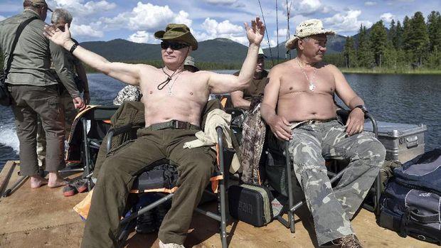 Gaya Putin saat memancing.