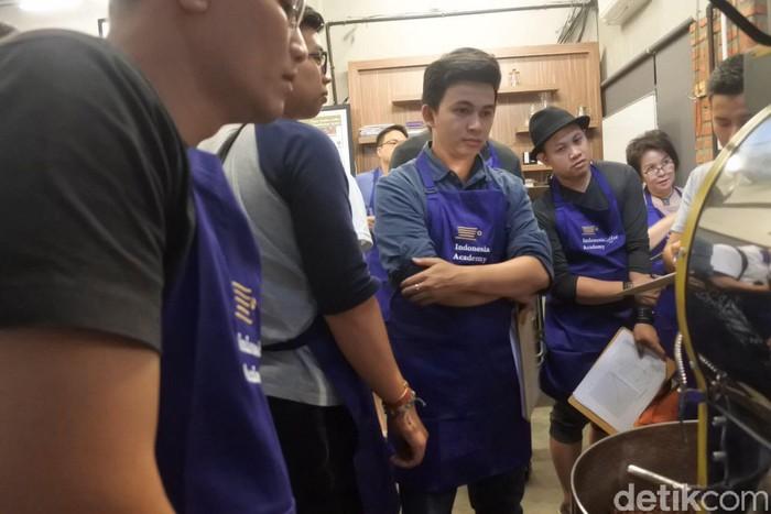 Setelah diberi penjelasan tentang jenis kopi, para peserta langsung memulai praktek meroasting kopi. Ini dia antusiasme para peserta! (Foto: detikFood)