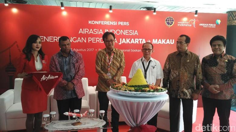 Foto: I Gde Pitana beserta Tony Fernandes, Memhub Budi, dan Dendy Kurniawan (Wahyu/detikTravel)