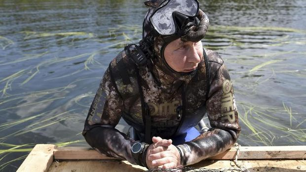 Vladimir Putin snorkeling di Danau Baikal (AFP PHOTO / SPUTNIK / Alexey NIKOLSKY)