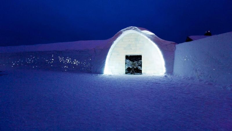 Hotel ini bernama Ice Hotel. Berada di Jukkasjarvi, desa yang terdapat di Swedia (ICEHOTEL/Facebook)