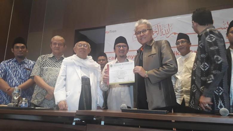 Ketum MUI Serahkan Sertifikat Syariah ke PayTren Yusuf Mansyur