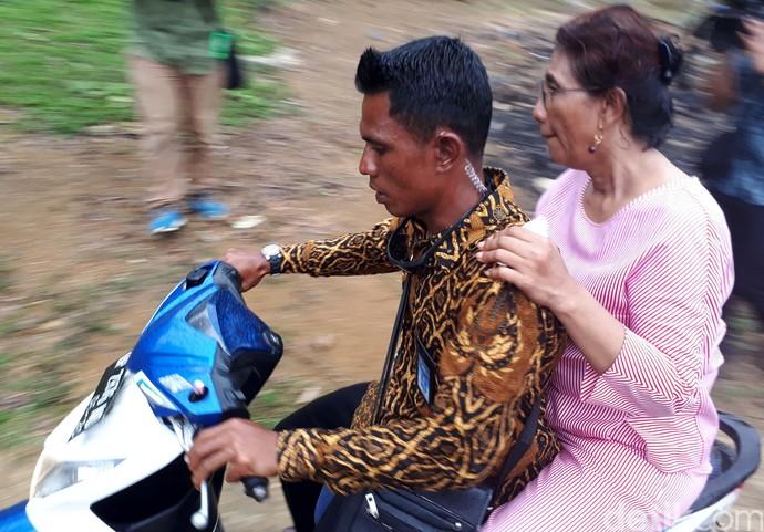 Foto : Dibonceng Motor dan Pakai Sandal Jepit, Susi Blusukan ke Desa Nelayan