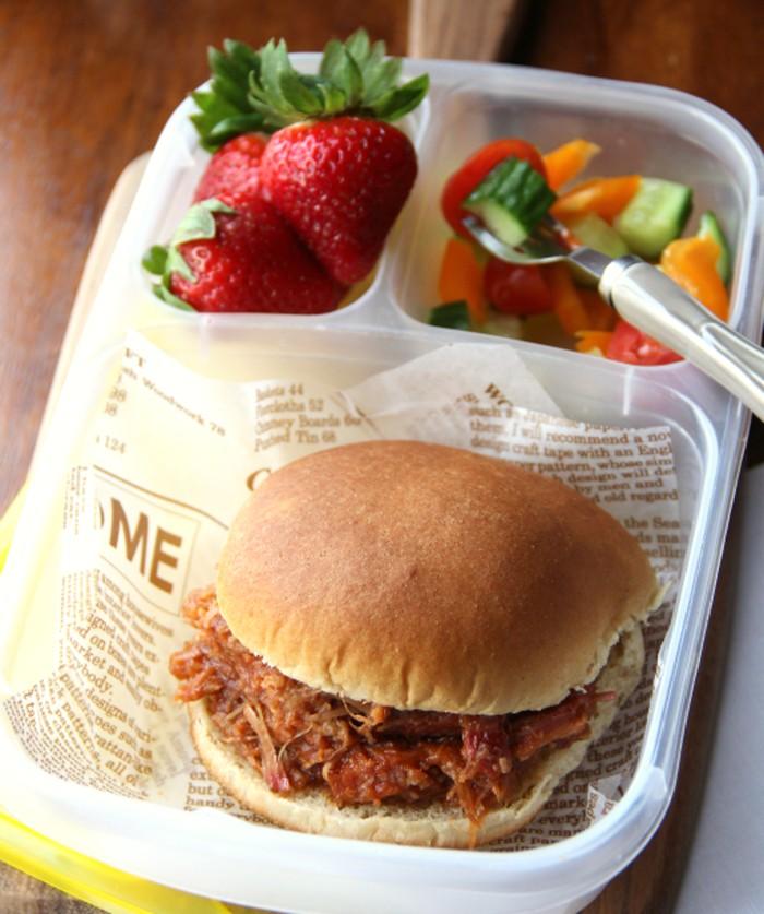 Burger ayam panggang berisi suwiran ayam panggang yang ditangkup roti burger. Bsa dilengkapi dengan salad dan buah segar. (Foto: Istimewa)