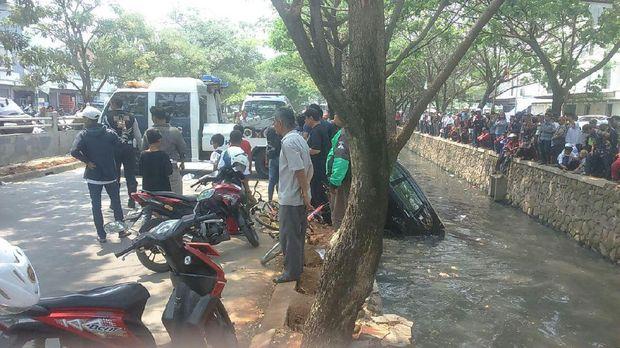 Proses evakuasi mobil Avanza