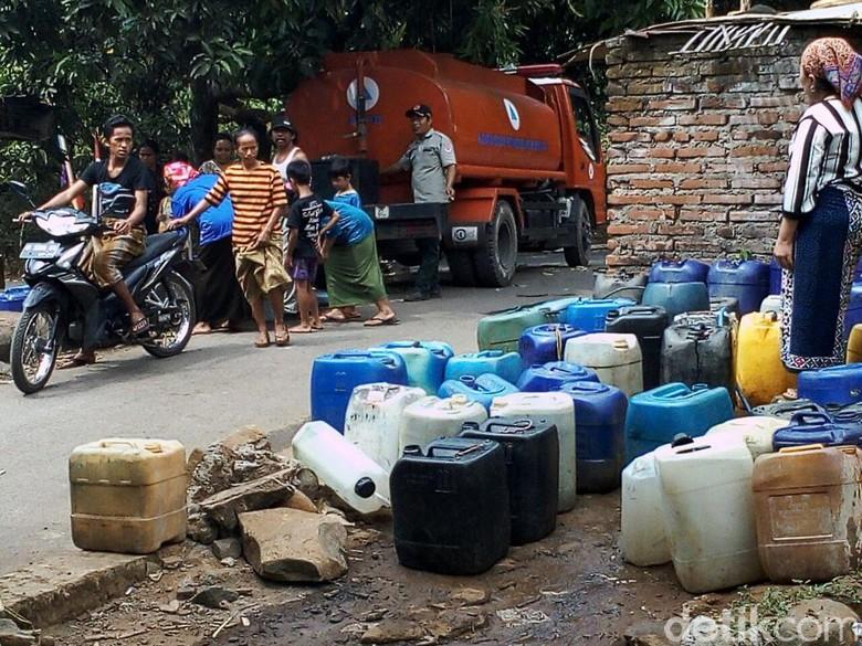 BPBD Pasuruan Suplai Air Bersih ke Warga di Lereng Bromo