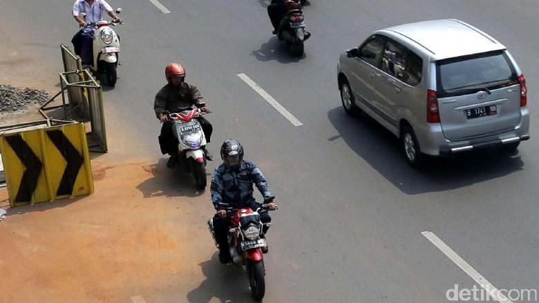Foto: Bahaya! Aksi Lawan Arus Pemotor di Matraman