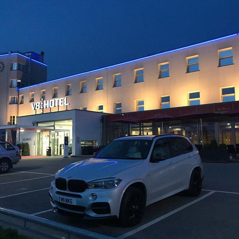Sudah pernah dengar The V8 Hotel? The V8 Hotel pantas menjadi hotel unik di dunia yang wajib dikunjungi (Dok. nikg_m50d/Instagram)
