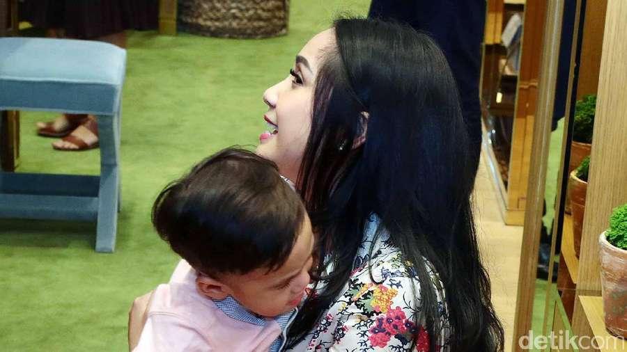 Bikin Gemas! Momen Manja Rafathar ke Nagita Slavina