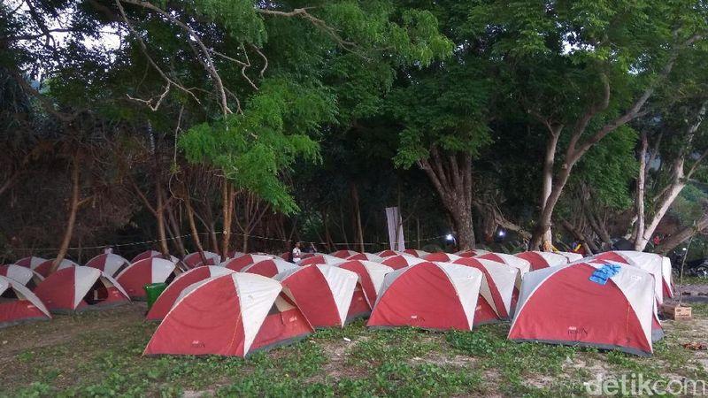Di Pantai Nipah, kamu memang bisa mendirikan tenda dan menginap. Kamu bisa kemping dan menghabiskan sisa malam dengan membakar api unggun (Agus/detikTravel)