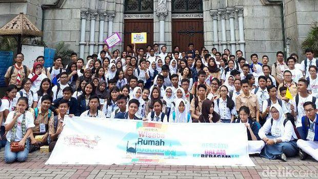 Komunitas Bhinneka di depan Gereja Katedral Jakarta (Kurnia/detikTravel)