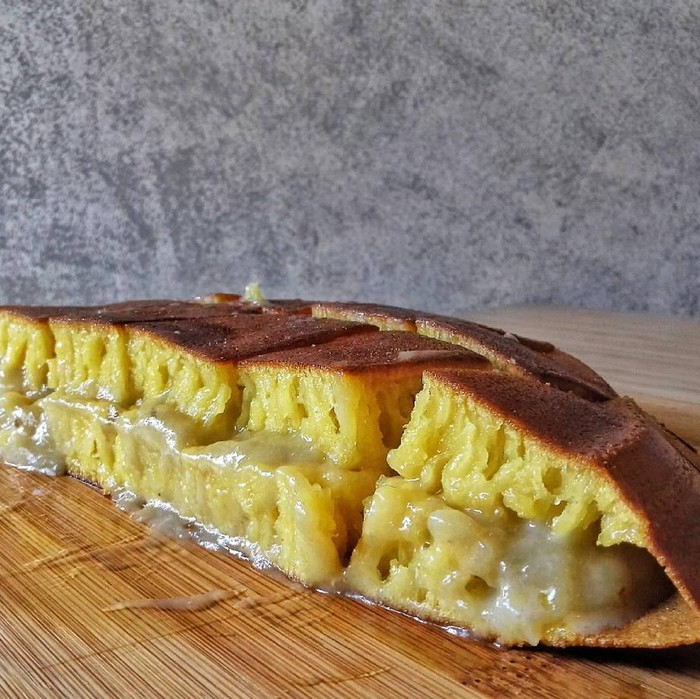 Siapa yang tak suka durian? Martabak yang lembut dengan perpaduan butter ini enak dipadu dengan paduan durian. Hmm, aromanya sedap dan enak jadi teman minum kopi hitam! (Foto: Istimewa)