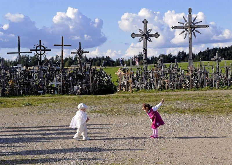 Bukit Salib atau dikenal The Hill of Crosses ini terdapat sebelah Utara Kota Siauliai, di Lithuania Utara (The Hill of Crosses/Facebook)
