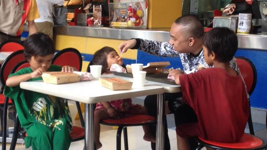 Viral, Kisah Haru Pria yang Beri Makan 3 Anak Pengemis