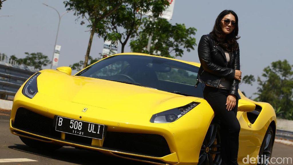 Dewi Gilang Deg-degan Jajal Ferrari 488 Spider