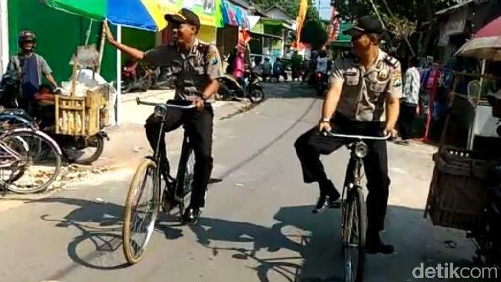 Ketika Polisi di Kediri Patroli Pakai Sepeda Unta