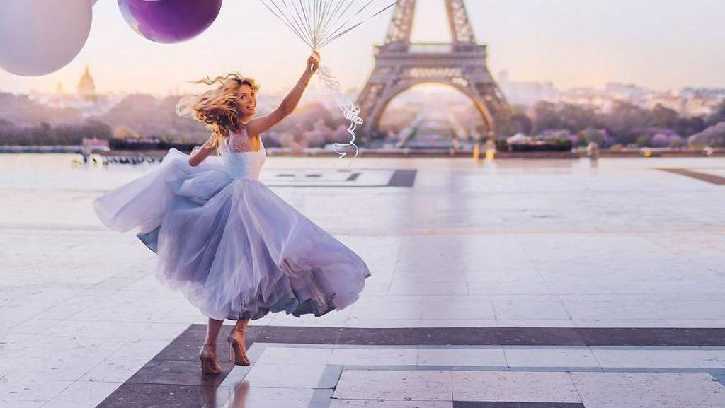 Sempurna! Kecantikan Wanita Berpadu Pemandangan Indah
