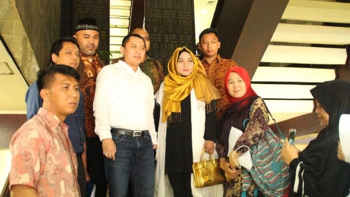 Bos First Travel Andika Surachman (baju putih) dan Anniesa Desvitasari Hasibuan (jilbab coklat). Foto: dok fb first travel