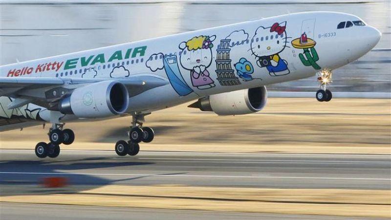 Kalau kamu bosan menaiki pesawat dengan desain yang biasa-biasa saja, bisa mencoba jenis penerbangan dari EVA Air ini. Mulai dari pre-flight hingga on board pun temanya si lucu Hello Kitty (Reuters)