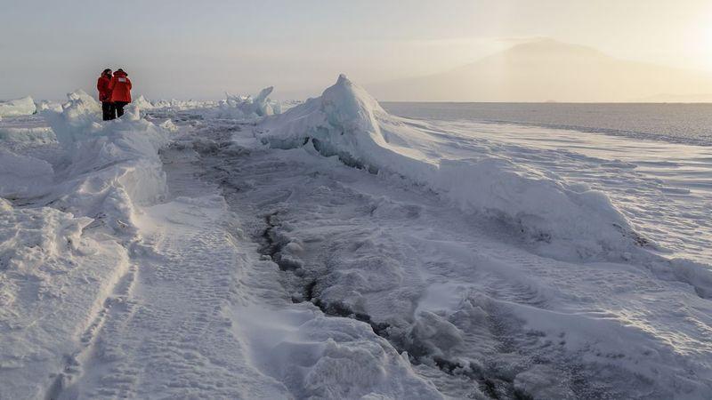 Hamparan es ini berada di McMurdo Station. Lokasi paling terpencil di Bumi yang berada di bagian paling utara Benua Antartika, Kutub Selatan tepatnya di Pulau Ross (Ben Adkison/CNN Travel)
