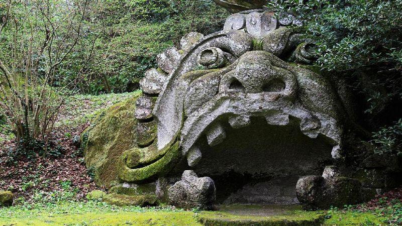 Adalah Sacro Bosco, sebuah taman tak biasa yang berlokasi di dekat Kota Bomarzo di Italia. Taman yang dibangun pada abad ke-16 ini dikenal mengerikan karena dihiasi oleh monster (Liz LaBrocca/BBC)