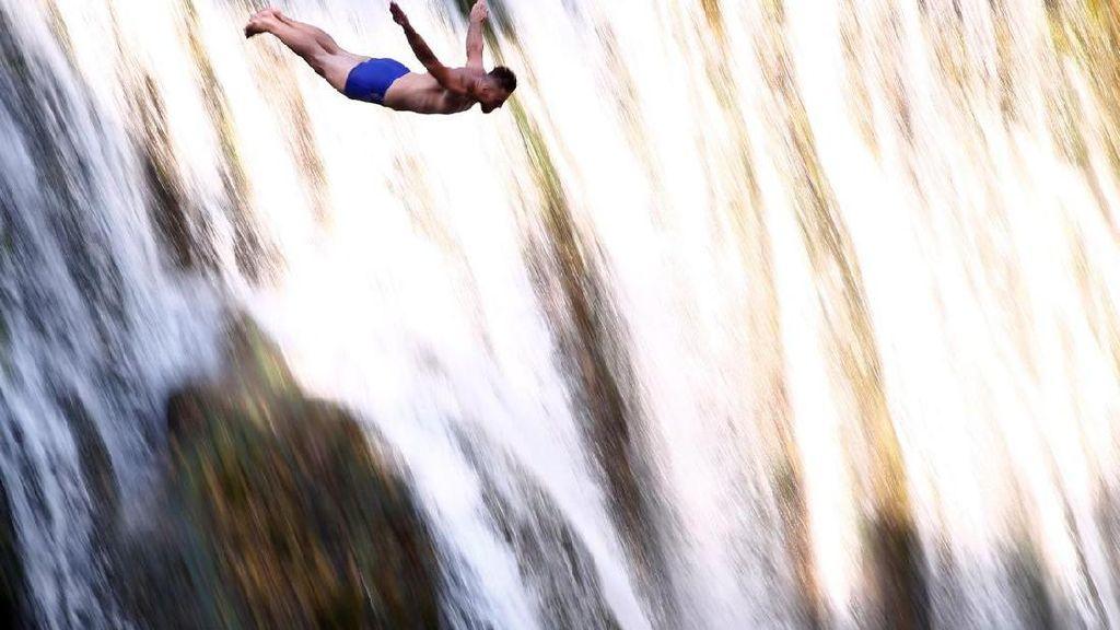 Foto: Olahraga Ekstrem, Loncat dari Atas Air Terjun