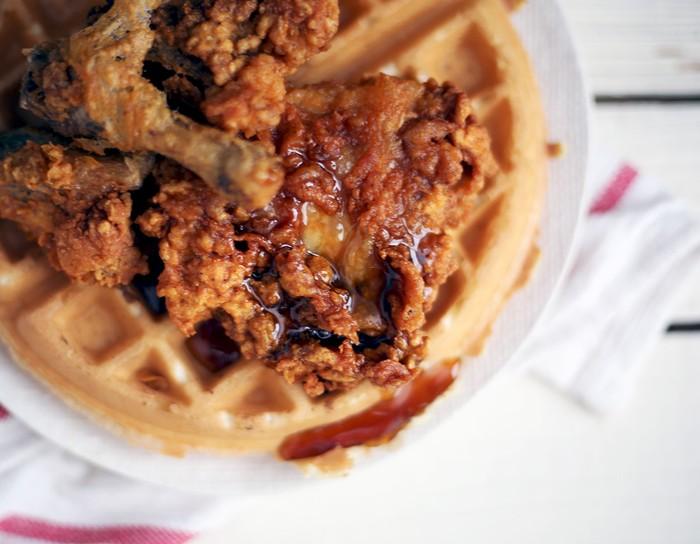 Foto: IstimewaAda sisa ayam goreng? Buat waffle, olesi mayonnaise dan beri topping suwiran ayam goreng tepung. Kalau suka tambahkan saus BBQ.