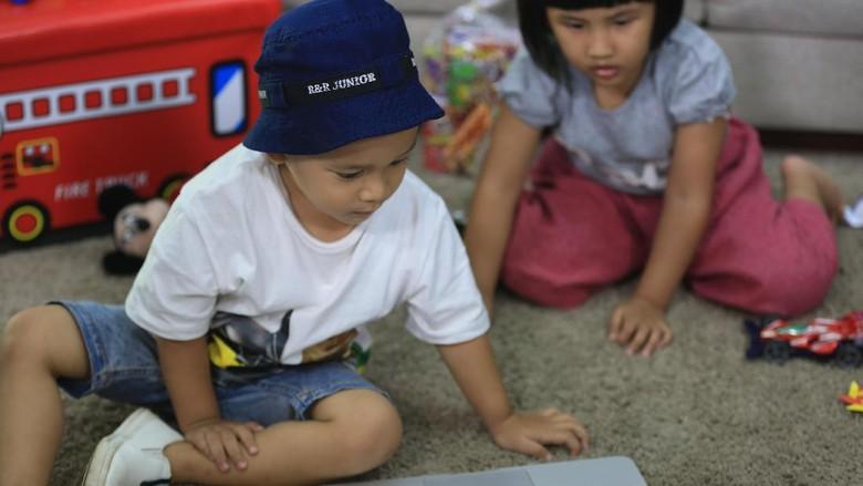 Ilustrasi anak lihat konten mengerikan/ Foto: M. Zaky