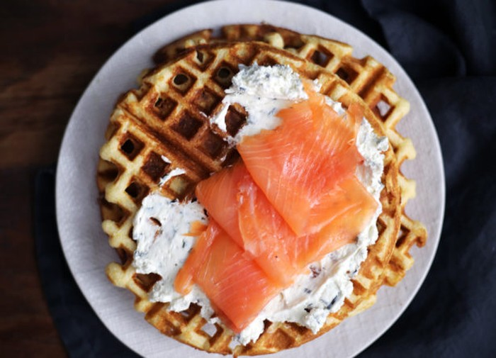Foto: IstimewaDengan sedikit irisant fillet salmon asap, waffle tampil lebih mewah. Lengkapi dengan sour cream. Enak buat sarapan atau makan malam.