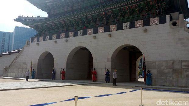 Penjaga di depan Istana Gyeongbokgung (Niken/detikTravel)