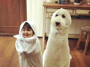 Pakai kostum kembaran, cuma bedanya ini warna putih. (Foto: Instagram/ @tamanegi.qoo.riku)
